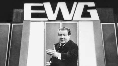 """In den sechziger Jahren kam """"Kuli"""" Hans-Joachim Kulenkampff noch in schwarzweiß in die Wohnzimmer, doch """"Einer Wird Gewinnen"""" (EWG) am Samstag war stets ein Fernsehfest."""