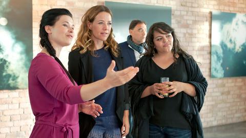 Amelie (Anna Fischer, li.) zeigt Rosa (Alexandra Neldel) und Meral (Sara Fazilat, re.) auf ihrer Ausstellungseröffnung ihre Bilder.