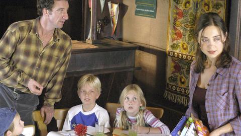 Der Münchener Nobelanwalt Marc Bender (Heio von Stetten) hat sich in die patente Carmen (Julia Richter) verliebt, die allerdings mit ihren drei Kindern Lukas, Alex und Nina (Paul Metzger, Leo Natalis und Anna Ehrl) alleine lebt.