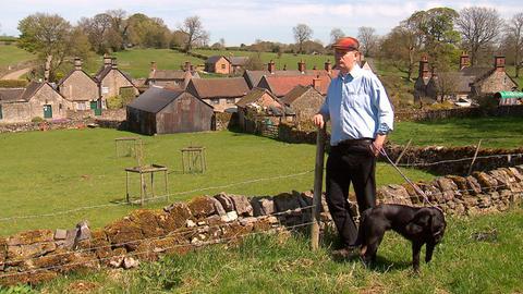 Sir Richard Fitzherbert von Tissington Hall begutachtet sein Dorf.