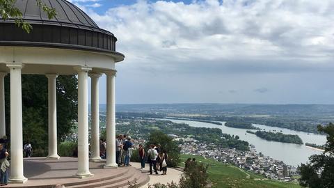 Blick auf Rüdesheim vom Goethetempel (links) aus.