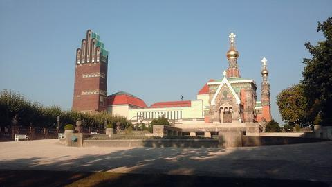 Blick auf die Mathildenhöhe mit dem Hochzeitsturm (links) und der Russischen Kapelle.