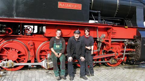 Die Lokomotive des Hessencourriers und drei der Dampflok-Retter (v.l.n.r.): Lars Sonnenschein, Jens Karasek und Anna Becker.