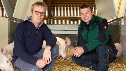 Heinrich Fritz-Emmerich (rechts) und sein Sohn Andreas haben bislang einen konventionellen landwirtschaftlichen Betrieb in Leidenhofen und wollen dieses Jahr auf Bio umstellen.