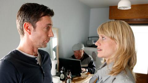 Sophie Haas (Caroline Peters, r.) ist wenig erfreut, dass ihr Lover Jochen Kauth (Arndt Klawitter, l.) den ganzen Tag mit Zielonka sen. (Michael Hanemann, M.) in ihrer Wohnung rumhängt.