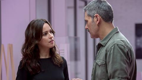 Alejandra (Verónica Sánchez) im Gespräch mit Conrado (Roberto Enriquez).