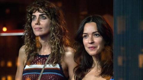 Verónica (Irene Arcos, li.) und Alejandra (Verónica Sánchez) führen eine leidenschaftliche Beziehung.