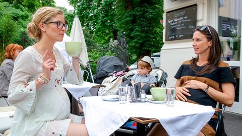 Waltraud (Maria Köstlinger, r.) ist schwanger vom minderjährigen Sohn ihrer Freundin Maria, was ihr Leben nicht leichter macht und ihre ebenfalls schwangere Kaffeehausbekannschaft Vanessa (Hilde Dalik, l.) trägt nicht unbedingt zur Entspannung bei.