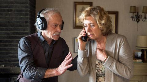 Günter ist entführt worden. Edwin (Tilo Prückner, l.) und Heidrun (Verena Plangger, r.) warten auf einen Anruf der Entführer.