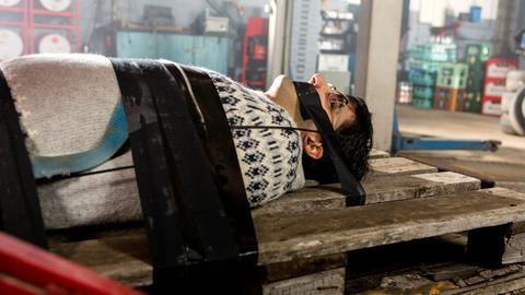 Rajesh (Parbet Chugh) wird entführt und wacht gefesselt in einer Autowerkstatt unter einer Hebebühne auf.