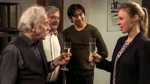 Alles Gute zum Geburtstag: Edwin (Tilo Prückner, l.) wird von Günter (Wolfgang Winkler, 2.v.r.), Hui Ko (Aaron Le, l.) und Vicky Adam (Katja Danowski, r.) überrascht.