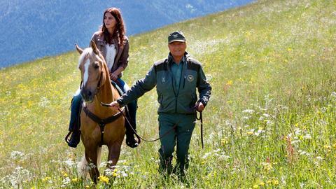 Forstkommandant Pietro (Terence Hill) ist gerührt. Er hat die junge Ukrainerin Anya (Catrinel Marlon) gesund gepflegt. Nun ist sie voller Dankbarkeit, zeigt Interesse an der Natur und begleitet Pietro aufmerksam bei seinen Rundgängen durchs Revier.