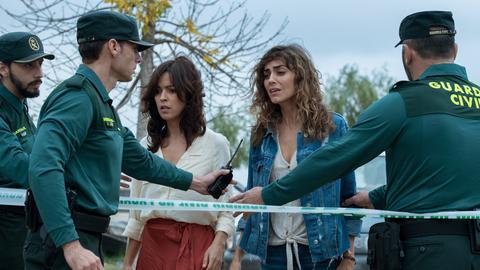 Alejandra (Verónica Sánchez, 3.v.li.) und Verónica (Irene Arcos) am Tatort.