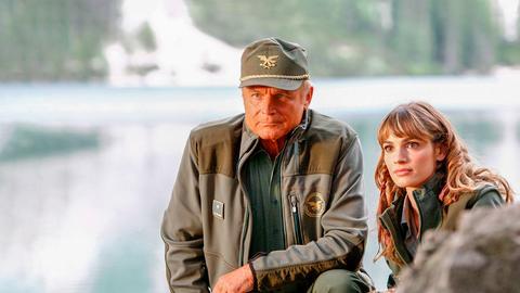 Pietro (Terence Hill) beobachtet mit Silvia (Gaia Bermani Amaral) einen Wolf, der sich zwar immer wieder in die Nähe seines Blockhauses wagt, aber auf Distanz bleibt.