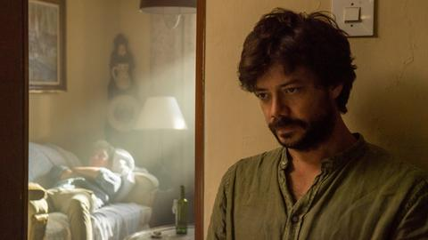Oscar (Álvaro Morte) droht an seinem Doppelleben zu zerbrechen.