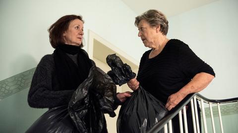 Die ewigen Rivalinnen im Hausflur: Diesmal geht es darum, dass Anna (Irene Fischer) sich von Hans' Kleidung trennen möchte. Damit hat sie aber die Rechnung ohne Helga (Marie-Luise Marjan) gemacht!