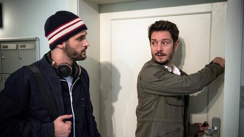Ertappt: Konstantin (Arne Rudolf) ist überrascht, dass Timo (Michael Baral, r) einen Schlüssel zu Jacks Wohnung hat. Was hat er vor?