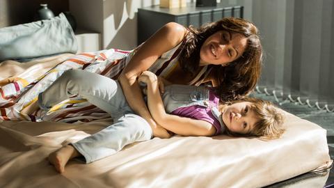 Alejandra (Verónica Sánchez, l.) mit Verónicas Tochter Sol (Luna Fulgenico).