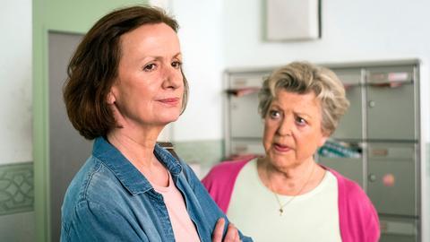Anna (Irene Fischer, l.) wird von Helga (Marie-Luise Marjan) angefeindet.