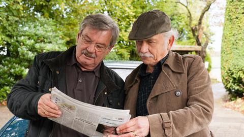 Die Rentnercops Edwin Bremer (Thilo Prückner, l.) und Günter Hoffmann (Wolfgang Winkler, r.) entdecken ihr Konterfei in der Zeitung.