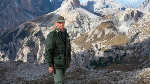 Forstkommandant Pietro (Terence Hill) ist auf der Suche nach dem vermissten Bergführer Sergio.
