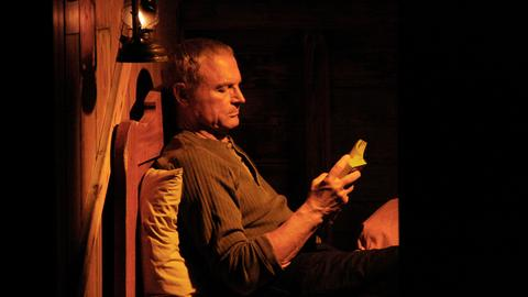 Pietro (Terence Hill) hat schlaflose Nächte. Er hat in Innichen von Ferne eine junge Frau gesehen, die das gleiche auffällige Tattoo wie Anya trug. Kurz darauf war sie in der Menge verschwunden.