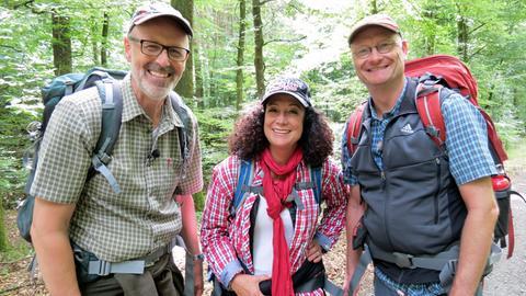 Schwer bepackt: Die Wandergruppe Barbara Wussow (Mi.) und Sven Plöger, (re.) um Förster und Waldexperte Peter Wohlleben (li.) erkundet das geheime Leben der Bäume.