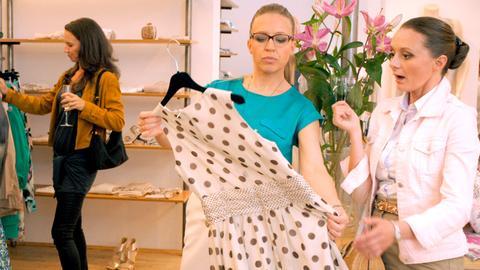 """Die """"Vorstadtweiber"""" beim Shoppen in Nicolettas (Nina Proll, 2.v.r.) Boutique. v.l.n.r. Waltraud Steinberg (Maria Köstlinger), Nicoletta Huber (Nina Proll), Maria Schneider (Gerti Drassl)."""