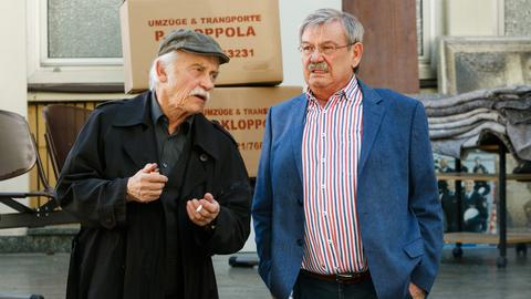 Das Kommissariat muss umziehen: zum großen Leidwesen von Edwin Bremer (Tilo Prückner, l.) und Günter Hoffmann (Wolfgang Winkler, r.).