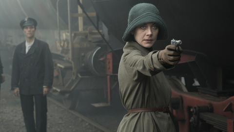 Swetlana (Severija Januškaité) möchte den Güterzug umleiten und bedroht des Zugführer.