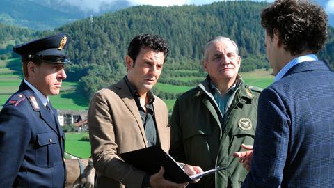 Kommissar Vincenzo (Enrico Ianniello, 2. von links) befragt den Besitzer des Viehzuchtbetriebes. Ein Mitarbeiter ist in der Nacht niedergestochen worden und ein wertvoller Zuchtbulle ist verschwunden.