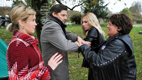 Klara (Wolke Hegenbarth, l.) und Lauer (Marc Oliver Schulze, 2.v.l.) nehmen Moni (Lotta Doll, 2.v.r.) mit auf's Revier. Monis Lebensgefährtin Elke (Sabine Urig, r.) will das nicht zulassen.