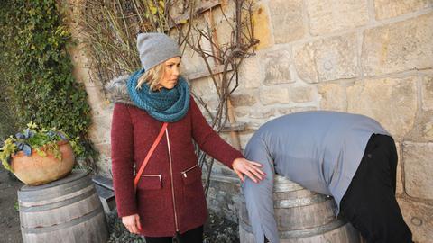 Klara (Wolke Hegenbarth, r.) findet Chefkoch Dollberg, der tod, kopfüber in einer Wassertonne steckt.