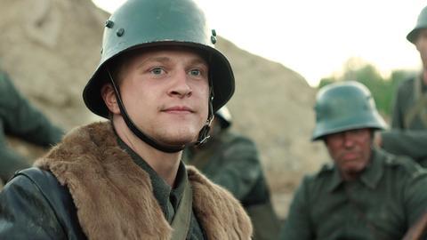 Als Leutnant führt Ernst Jünger (Jonas Friedrich Leonhardi) seine Truppe solange gegen den Feind, bis alle tot oder übergelaufen sind.