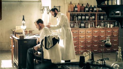 Robert Koch (Justus von Dohnányi, l.) erprobt sein neuartiges Tuberkulose-Heilmittel an sich selbst: er lässt sich von Ehrlich (Christoph Bach, r.) Tuberkulin spritzen.