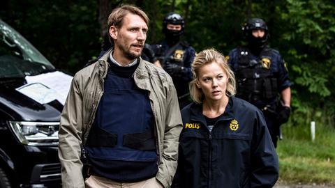 Polizeichef Toivonen (Pekka Strang) und Kommissarin Ankan Carlsson (Agnes Lindström Bolmgren) beim Einsatz gegen die Russenmafia