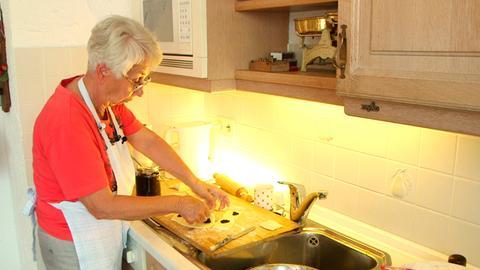 Oma Herta macht die Lekvar Datschgerl für ihren Enkel Lukas, wenn er nach Hause nach Strümpfelbrunn kommt.