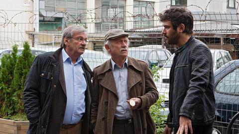 Günter (Wolfgang Winkler, l.) und Edwin Bremer (Tilo Prückner, M.) verhören New Ulcus (Jasin Challah, r.), den Türsteher des Clubs, zum Thema Drogen.
