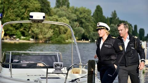 Nele Fehrenbach (Floriane Daniel, l.) und ihr Kollege Andreas Rambach (Ole Puppe, r.) im Einsatz.