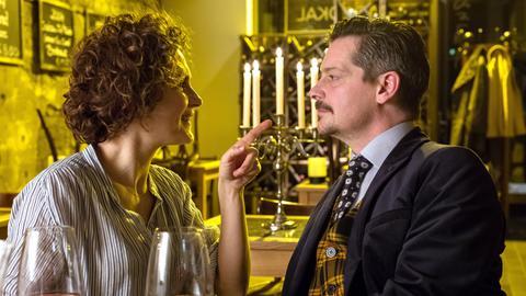 Falk (Fritz Karl, r.) hat Sabine (Marie-Lou Sellem, l.) mit einem romantischen Essen im Restaurant überrascht, da platzt Raimund rein.