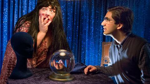 Rajesh (Parbet Chugh, r.) ist bei der Wahrsagerin Gorumbati (Martina Eitner-Acheampong, l.). Sie entdecken in ihrer Glaskugel die Leiche ihres Liebhabers Klaus Hellmann.