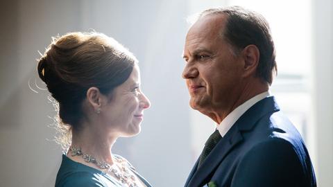 Schauspieler Uwe Ochsenknecht und eine Frau mit hochgesteckten Haaren