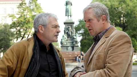 Ein ehemaliger Studienkollege Pauls, Professor Haller (Oliver Karbus, l.), hat Ärger an seinem Arbeitsplatz und ersucht Paul (Harald Krassnitzer, r.) um Rat und Hilfe.