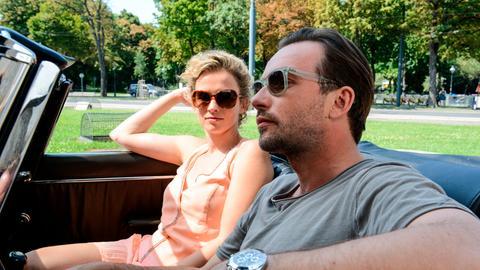 Hat Sabine (Adina Vetter, l.) vielleicht mehr im Sinn als nur ein Dienstverhältnis zu Bertram (Lucas Gregorowicz).