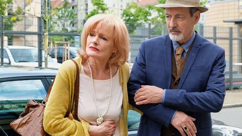 Karla Stadlmannn (Gertie Honeck) hat leichte Magenprobleme und findet es völlig übertrieben, dass ihr Schwager Oskar Stadlmann (René Schoenenberger) unbedingt gleich mit ihr ins Krankenhaus geht.