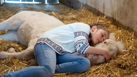 Lucy (Paulina Schnurrer) ist verzweifelt: ihr Fohlen ist schwer krank!