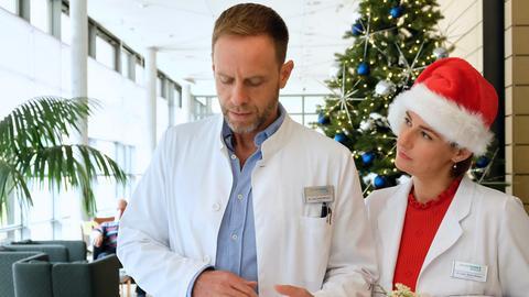 Dr. Maria Weber (Annett Renneberg) und Dr. Kai Hoffmann (Julian Weigend) haben beide Weihnachten Dienst in der Sachsenklinik. Maria hat extra etwas Kartoffelsalat gemacht. Doch Kai mag weder Kartoffelsalat im Speziellen, noch Weihnachten im Allgemeinen.