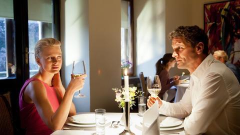 Kristina Katzer (Isabell Gerschke, l.) bedankt sich bei Lukas Hundt (Oliver Franck, r.) mit einem Dankeschön-Essen für seinen lebensrettenden Einsatz beim letzten Fall.