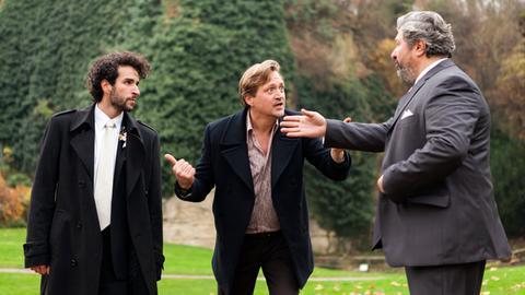 Suche nach der entführten Braut: Huck (Patrick von Blume, M.), Cem Gökhan (Aykut Kayacik, r.) und Bräutigam Bülent (Mehmet Sözer, l.) geraten in Streit.
