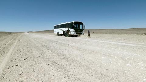 Auf der Strecke quer durch die Wüste nach Swakopmund werden die Reisenden durch eine Buspanne aufgehalten.